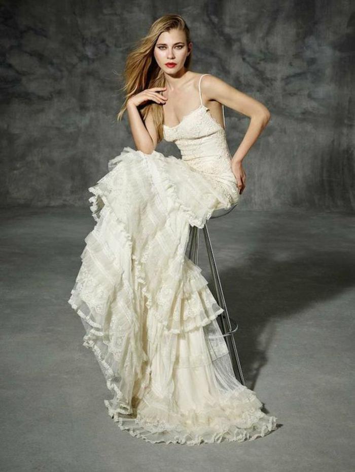 robe mariée bohème, longue jupe volantée, bustier avec des bretelles fines, robe longue boheme chic, vetement boheme romantique