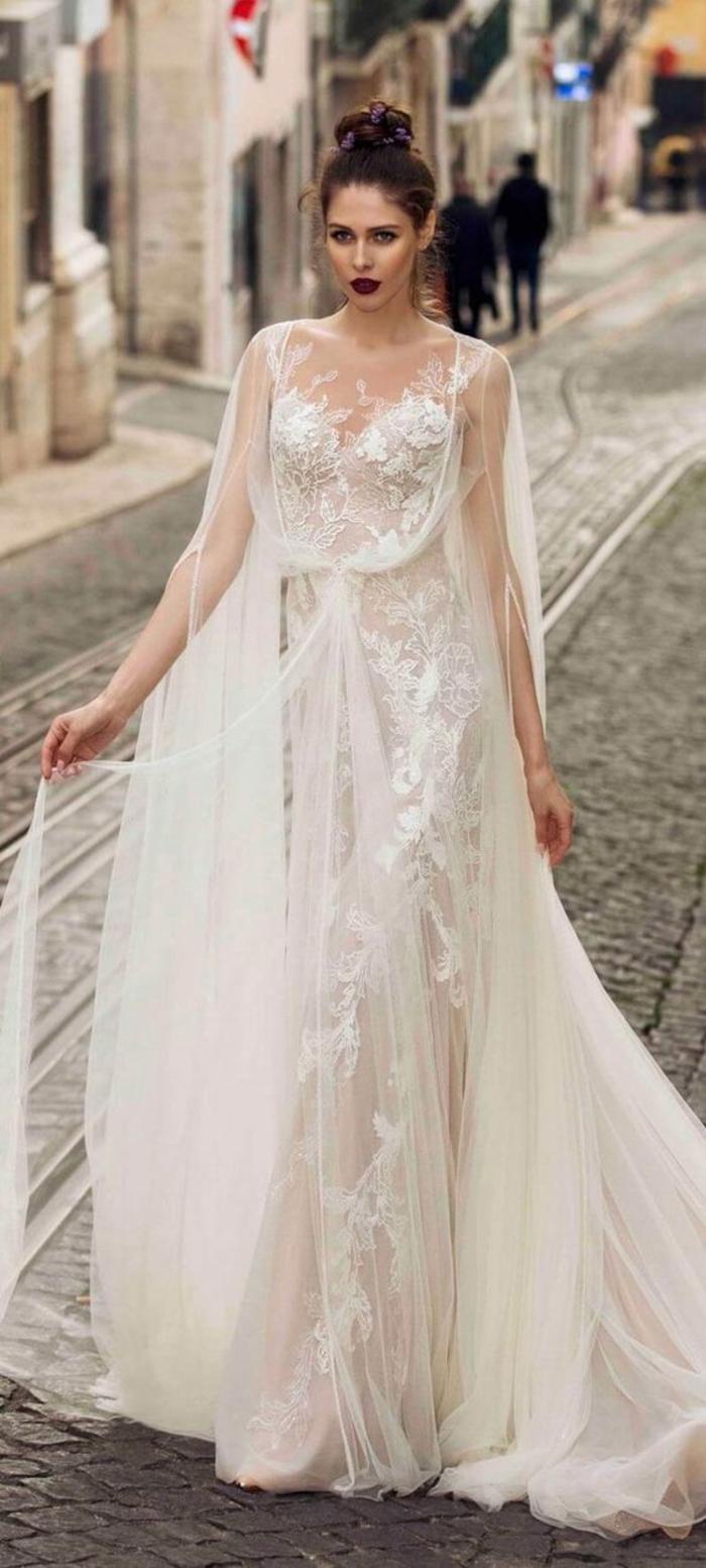 robe blanche boheme, robe champetre chic, vetement hippie chic, bretelles fines, cape transparente en tulle blanc avec traîne