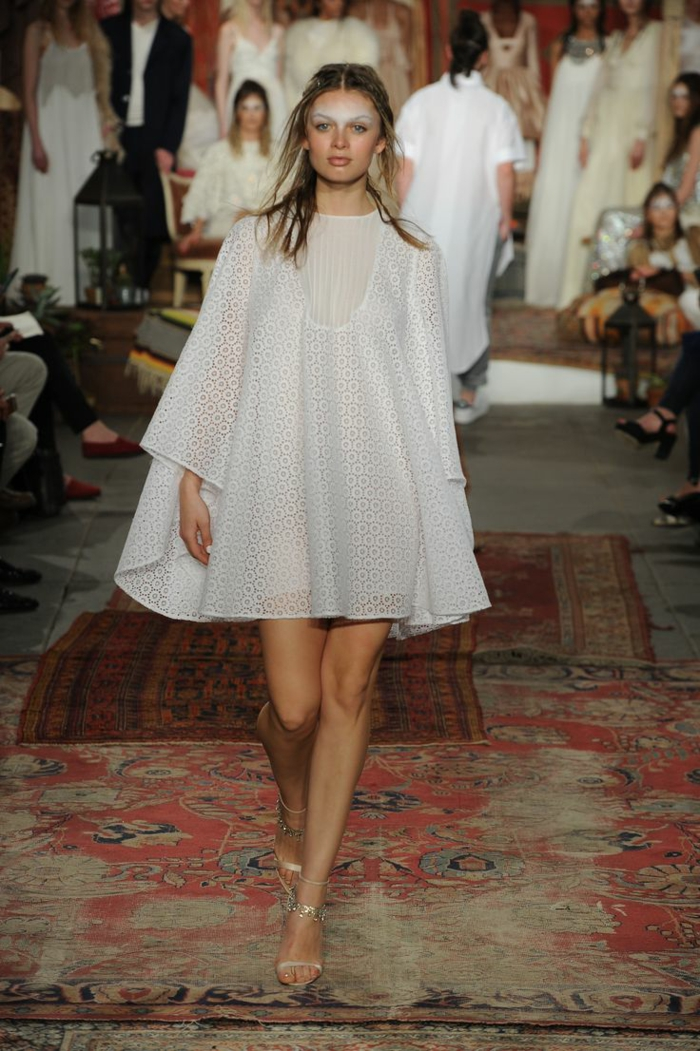 robe boheme mariage, robe blanche boheme, manches larges évasées, tenue boheme chic, robe mariée bohème, mini robe évasée type tunique