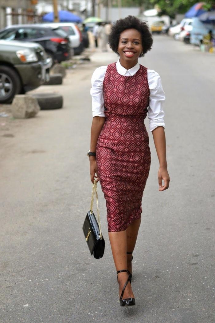 allure rétro chic et formelle en robe africaine à coupe épurée portée sur une chemise blanche