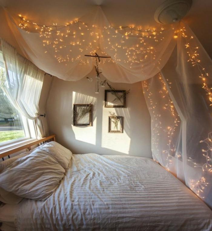 idée déco chambre parentale originale, voile blanc illuminé par des lampes électriques, déco murale simple, idée chambre blanche