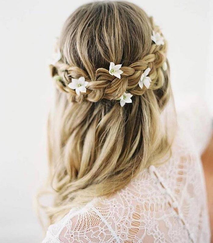 Mariage coiffure decoiffee messy bun, mariage cheveux mi long, coiffure mariage bohème beauté, tresse couronne avec fleurs pour accessoires
