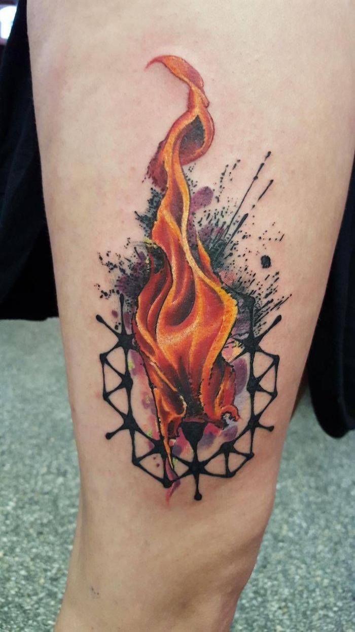 tatouage de flamme feu orange avec forme géométrique abstraite aquarelle sur avant bras