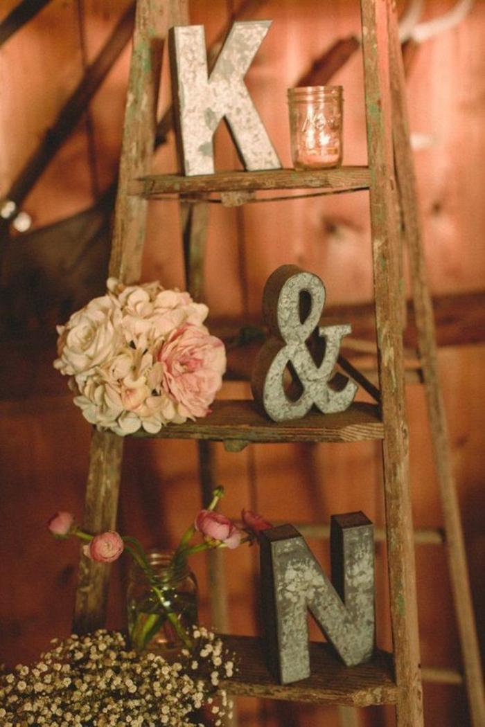 échelle de bois, les initiales des mariés, décoration romantique pour mariage theme champetre