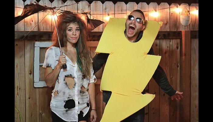 déguisement halloween facile et original, coup de foudre dans la nuit, t-shirt déchiré et éclair en tissu jaune