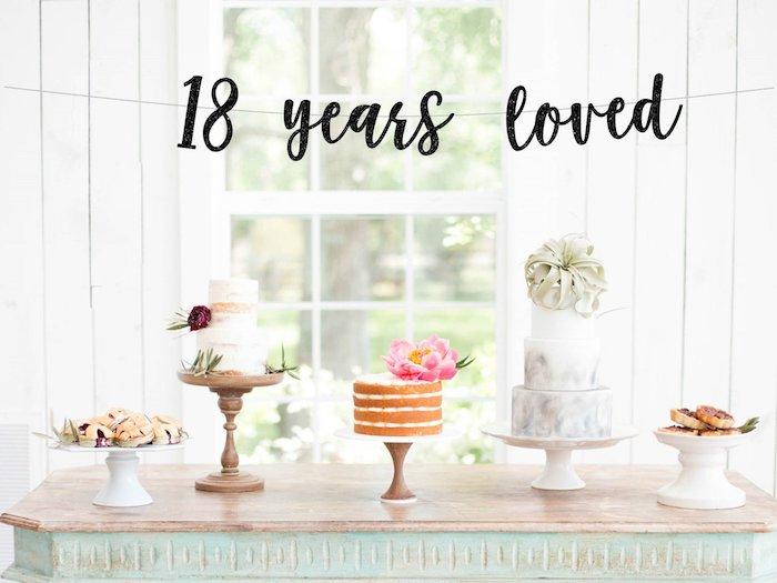 Cool idée pour joyeux anniversaire 18 ans, décoration de table anniversaire 18 ans avec trois différentes gâteaux à étages