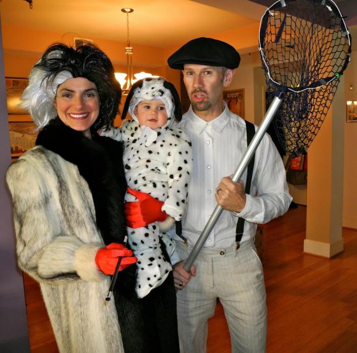 déguisement Cruela De Vil et les dalmatiens, bébé habillé comme petit dalmatien, homme avec filet de pêche