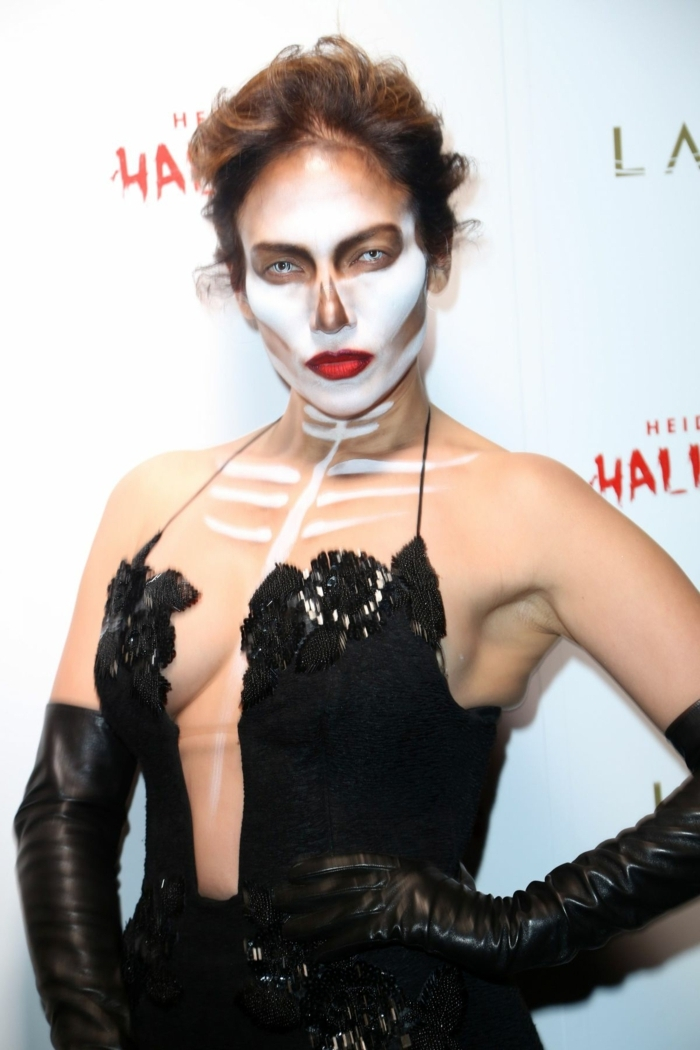 maquillage halloween skull face, une diva maquillée pour halloween, coiffure ébouriffée, robe noire sexy