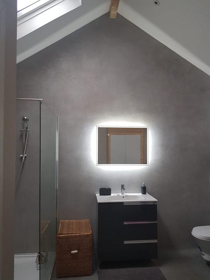 revetement mural salle de bain mansardée en Tadelakt gris clair avec velux
