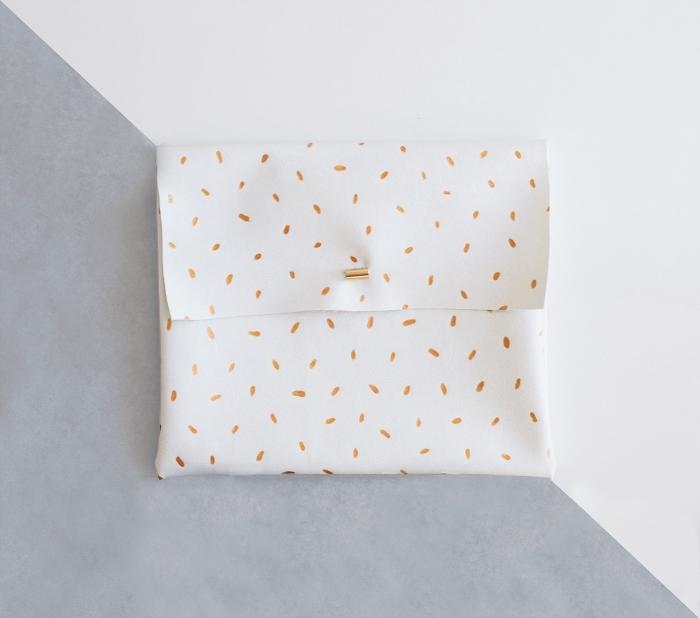 accessoire de mode chic et tendance à faire soi-même, tuto pochette en simili cuir avec fermeture à bouton pression, à jolis motifs dorés