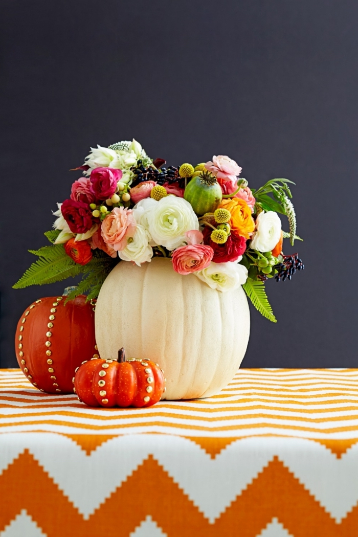 idée comment arranger une table sur le thème de l'automne, bouquet de fleurs dans un vase DIY de base citrouille blanche