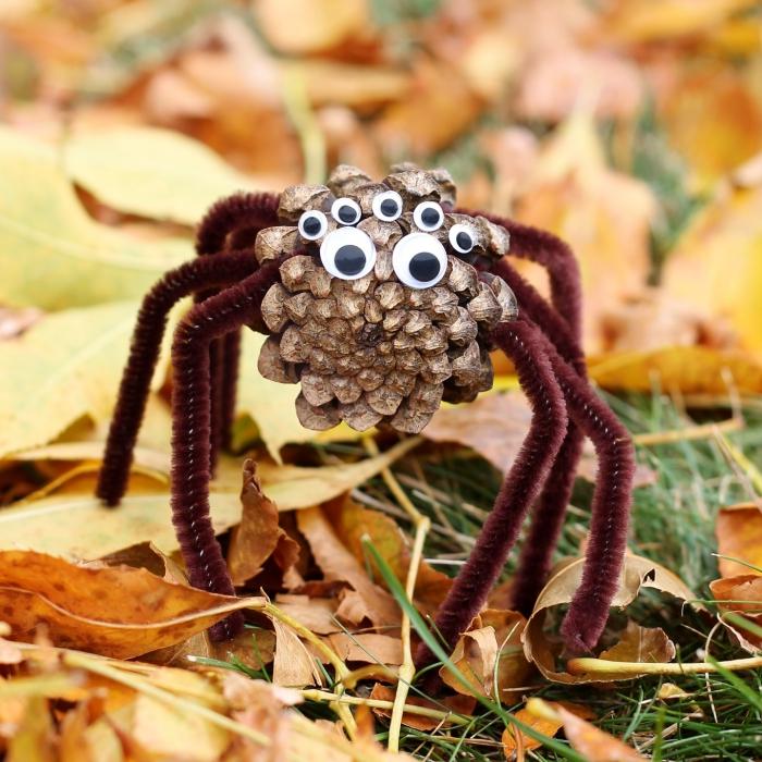 exemple de création avec des pommes de pins facile à réaliser, modèle de figurine animalière à design araignée en pomme de pin