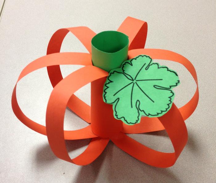 citrouille en rouleau de papier vert et bandes de papier orange, exemple d activité pour tout petit sur l automne