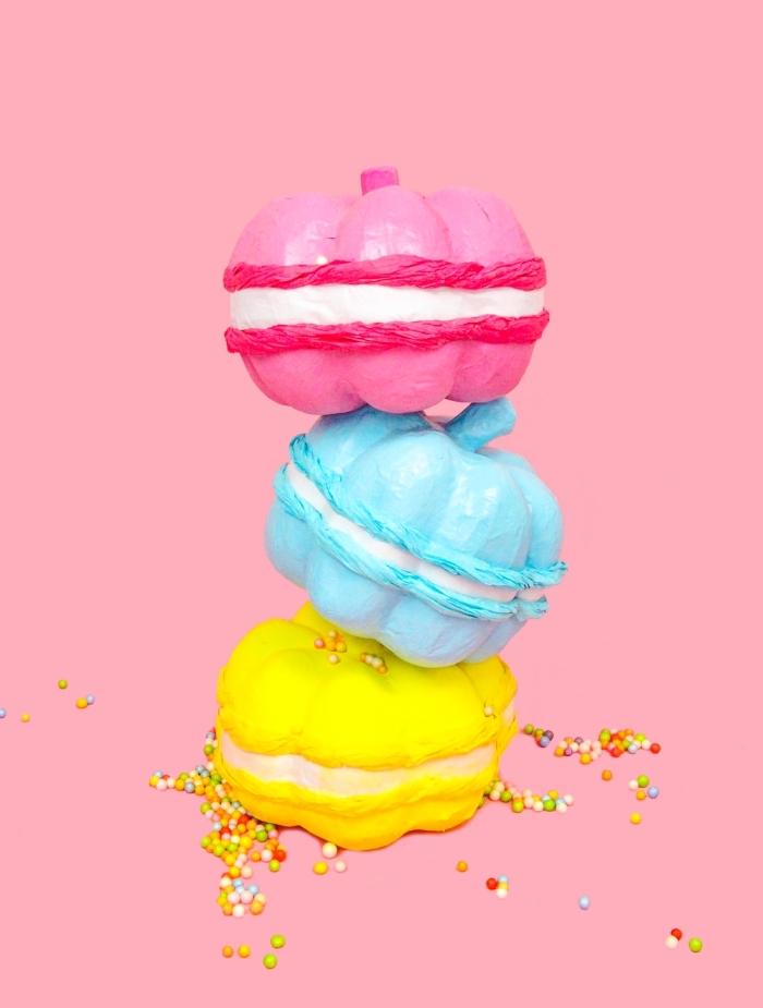 comment réaliser une décoration avec fausses citrouilles peintes à design macarons, modèle citrouille peinte en couleurs pastel