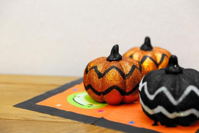 exemple projet créatif pour enfants, idée activité manuelle Halloween, comment peindre des citrouilles pour halloween