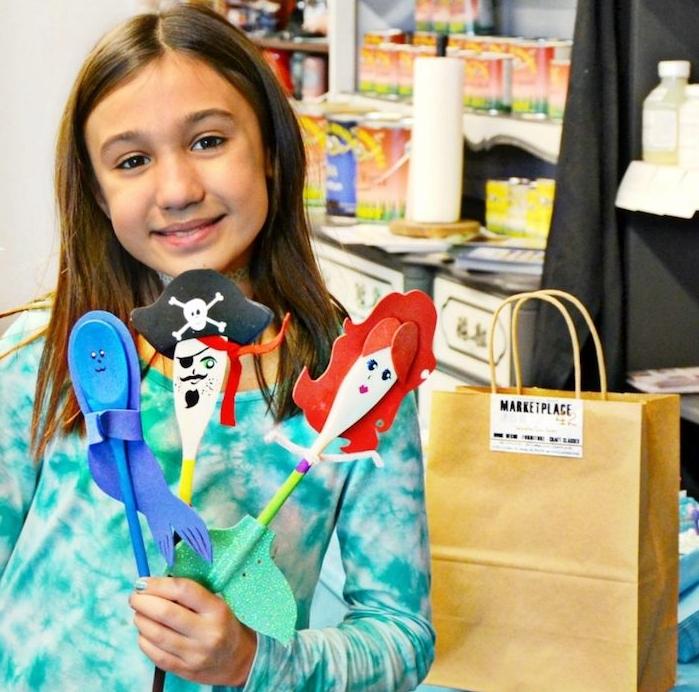atelier créatif d anniversaire enfant, dessin et peinture sur des cuillères décorées de peinture et papier, animation anniversaire enfant