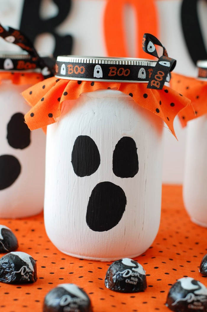 activité manuelle facile et rapide pour réaliser une jolie décoration d'halloween avec les enfants, transformer un bocal en verre en fantôme d'halloween à l'aide d'un peu de peinture