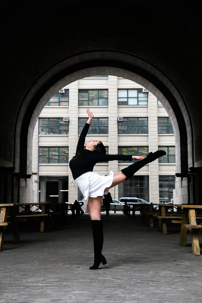 Look avec cuissardes cuir, tenue avec cuissardes, comment s habiller en automne, femme qui danse avec bottes hautes et jupe courte