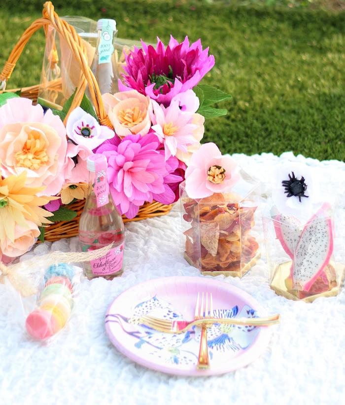 Décoration salle anniversaire, décoration anniversaire 18 ans, date importante, célébrer avec un pique nique sur la pelouse