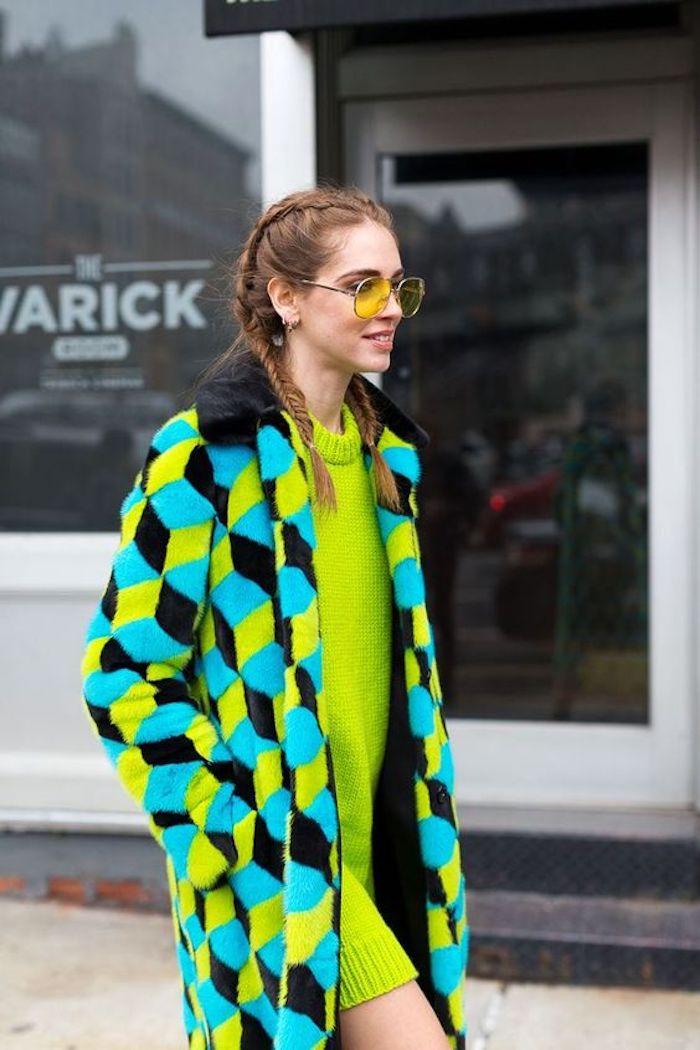 Look année 80, robe vert néon, vetement année 80, style cool des années quatre vinght, idée comment s habiller et accessoiriser la tenue