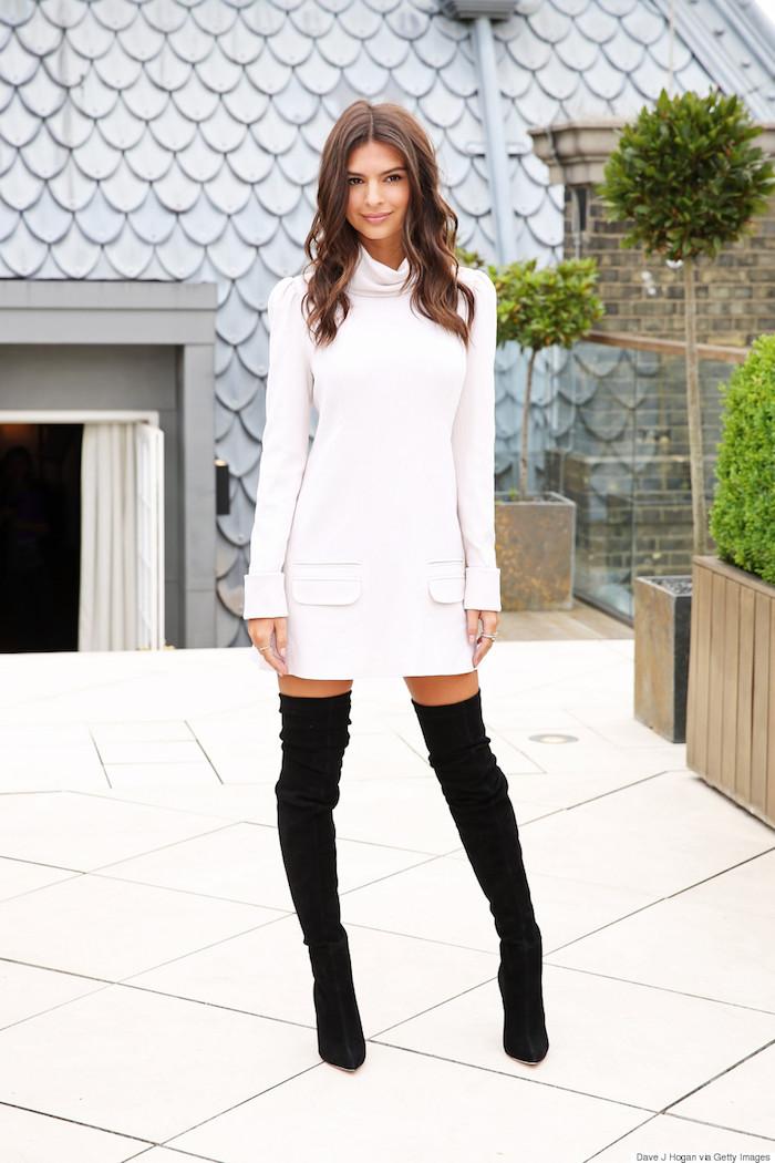 Cuissarde chaussette noire et robe courte blanche avec manche longue, tenue avec cuissarde, look avec botte haute chic