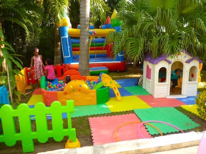animation d'anniversaire enfant, un aire de jeux avec une piscine à balles colorées, maisonnette enfant et château gonflable