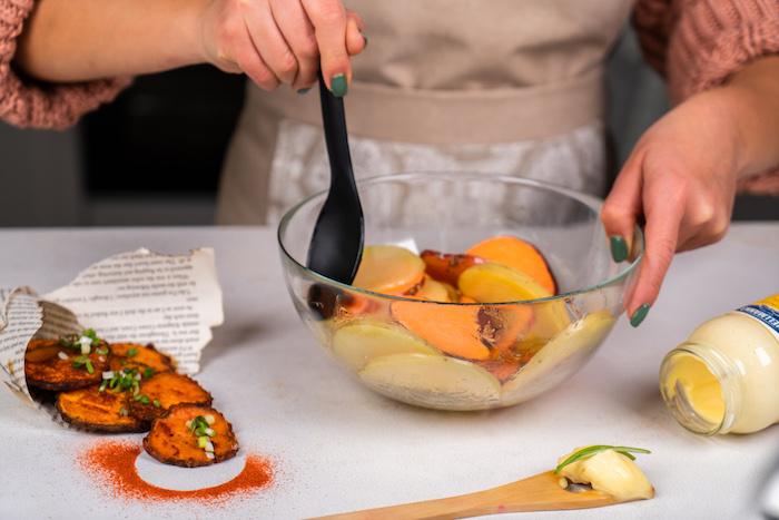 remuer les patates douces et les pommes de terre à l huile d olive et sel pour faire du chips maiison au four