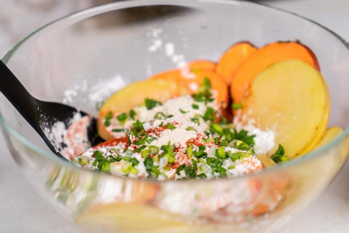 ajouter la paprika, la poudre d ail, les fécules de maïs et les oignons verts pour épicer le chips maison