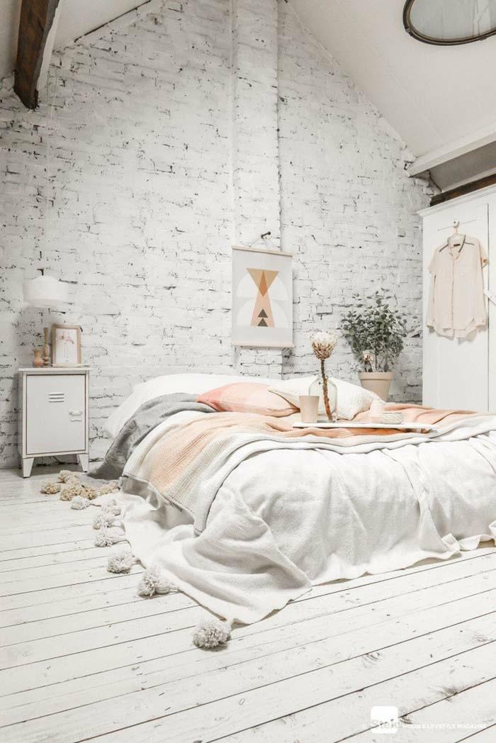 couleur mur chambre blanc, mur en briques et grand lit cocooning, jeté de lit avec pompons, sol blanc