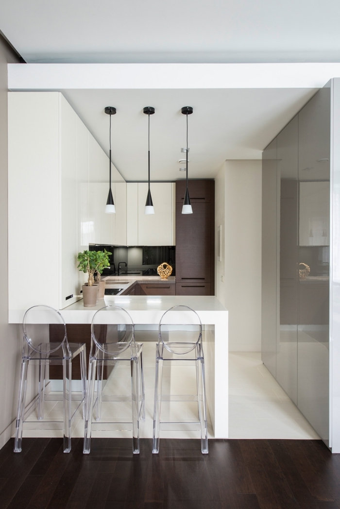tendance design intérieur moderne, idée aménagement petite cuisine stylée, déco de petite cuisine avec ilot central