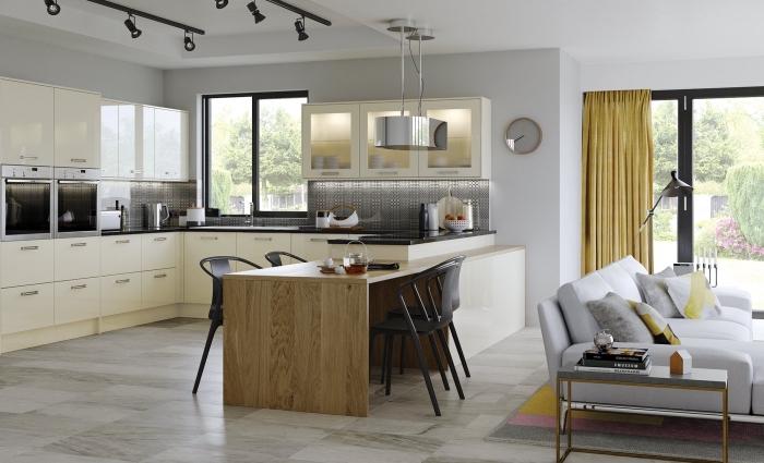 comment décorer une cuisine en U, intérieur moderne dans un salon aménagé avec canapé blanc et coussins minimaliste