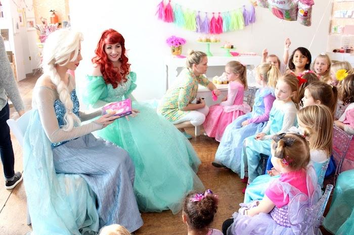 idée comment organiser un anniversaire 5 ans sur le theme royaume des neiges avec des enfants petites filles vêtues en robe princesse et animatrices princesses