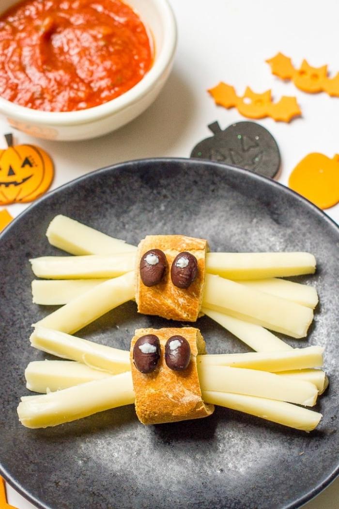 des araignées apéritives de fromage et de pain avec de la sauce marinara