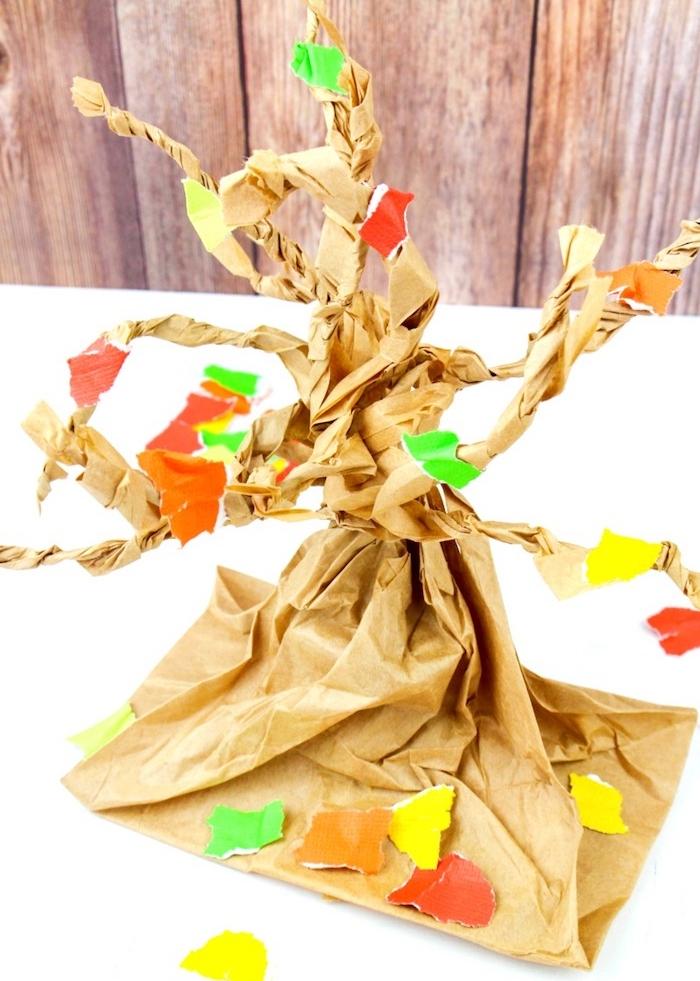 recyclage de sac en papier kraft avec des feuilles mortes de papier coloré, decoration automne a faire soi meme enfant