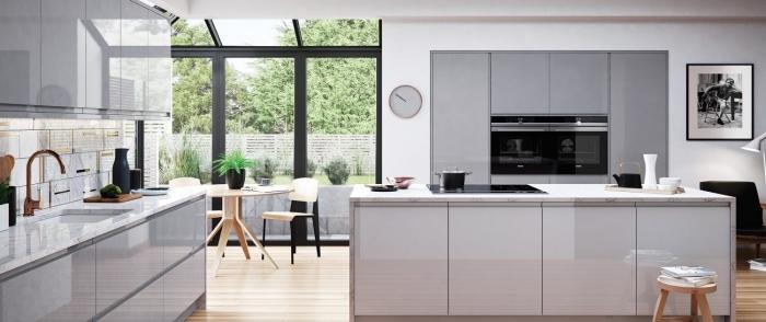 idée comment aménager une cuisine moderne avec meubles en blanc laqué et équipement îlot avec évier et plaque cuisson