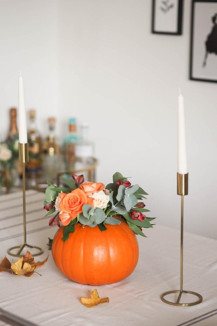 exemple comment arranger la table pour la fête d'Halloween, modèle de vase DIY réalisé à partir d'une citrouille