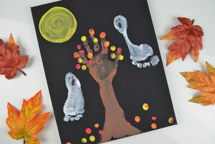 peinture sur le thème d'halloween réalisée avec des empreintes de main et de pied, activité manuelle facile et rapide, peinture forêt hanté
