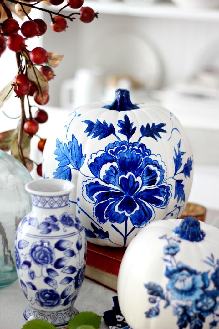 objets de décoration stylé à motifs porcelaine, idée déco avec une citrouille blanche à dessins motifs fleuris en bleu