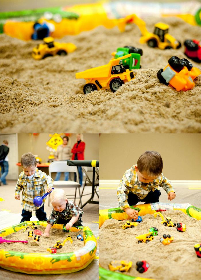 anniversaire 2 ans, idée pour une activité, jeu dans un bac à sable gonflable avec des jouets garçon enfant, véhicules de transport