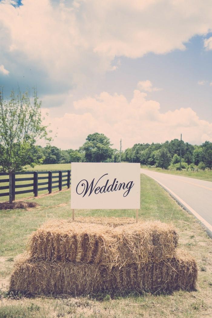 décoration mariage champêtre chic, ballots de paille et inscription wedding en plein air