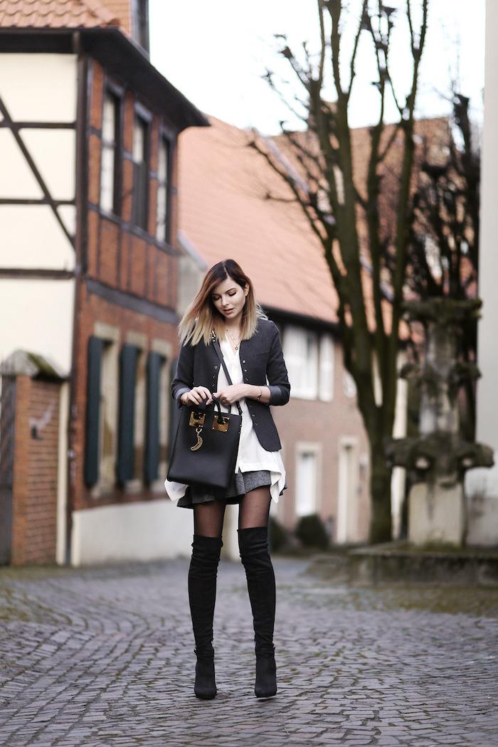 Comment porter des cuissardes, tenue vacances avec cuissarde femme, tenue stylée pour l'automne, veste style et mini jupe avec bottes hautes à talon