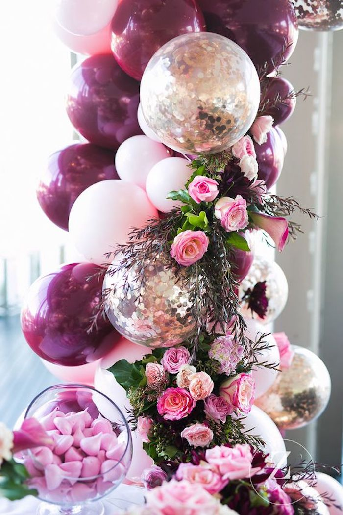 Idée decoration anniversaire fille, décoration anniversaire 18 ans, fête aniv 18 an, ballons et fleurs en arche