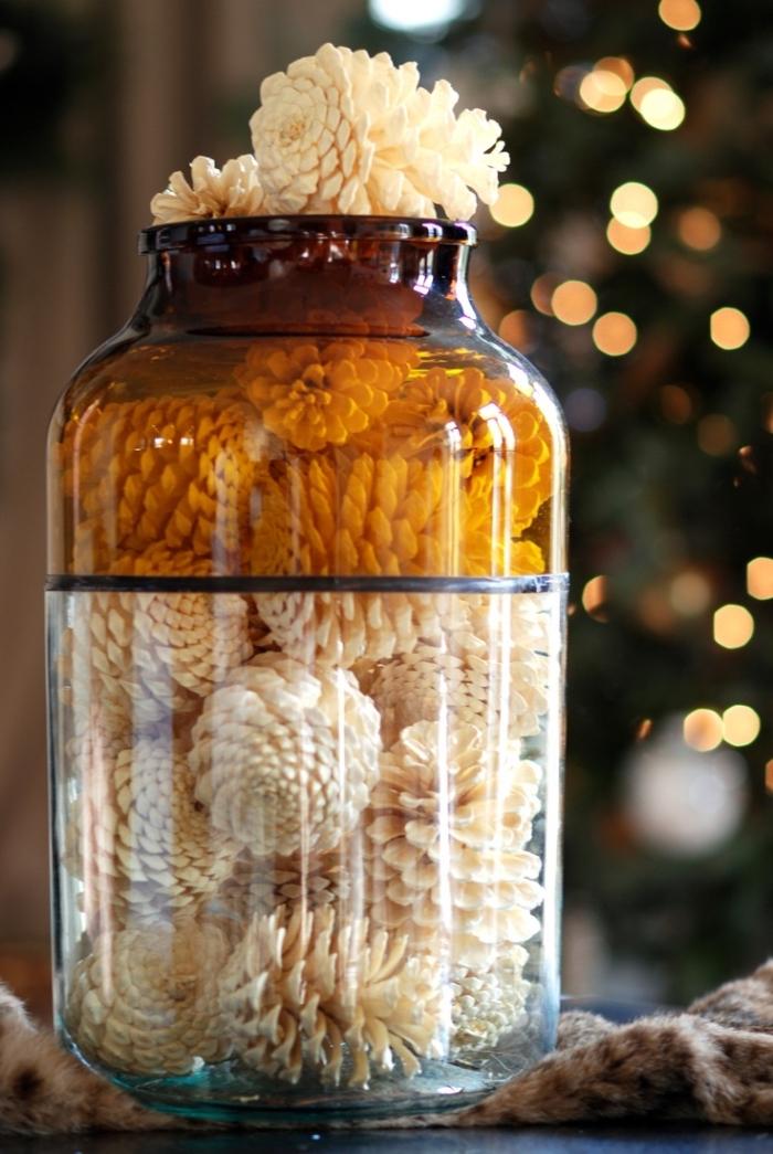 bricolage pomme de pin, décoration originale avec un bocal en verre rempli de pommes de pin peintes en blanc