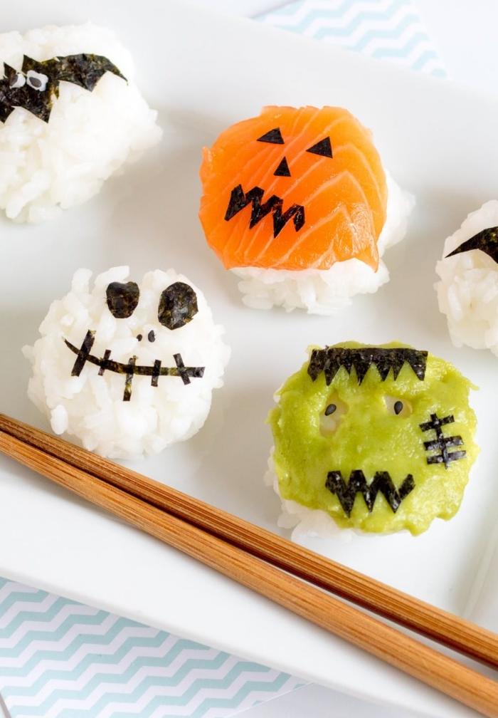 du riz à sushi façonné en boules, décorées comme de petits monstres d'halloween