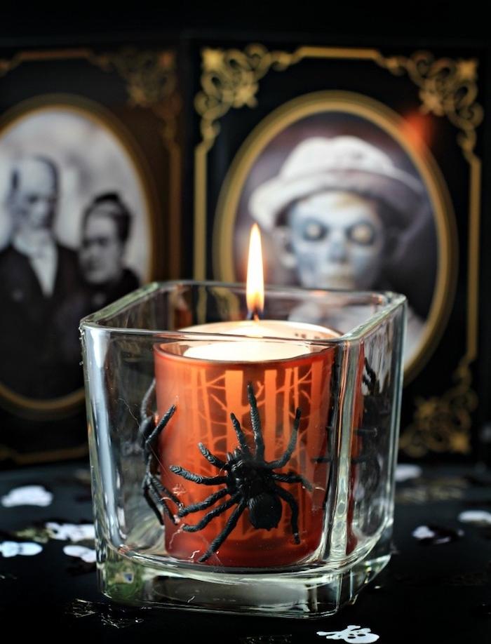 bougeoir halloween a faire soi meme, bougie dans un verre avec des araignées à l intérieur, cadre photo terrifiant