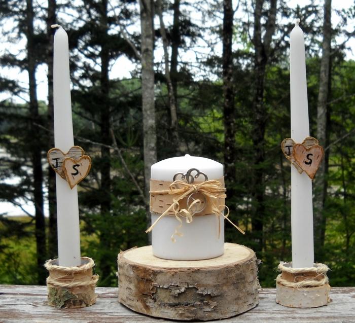 bougies blanches arrangées sur des rondins de bois, mariage campagnard dans la forêt