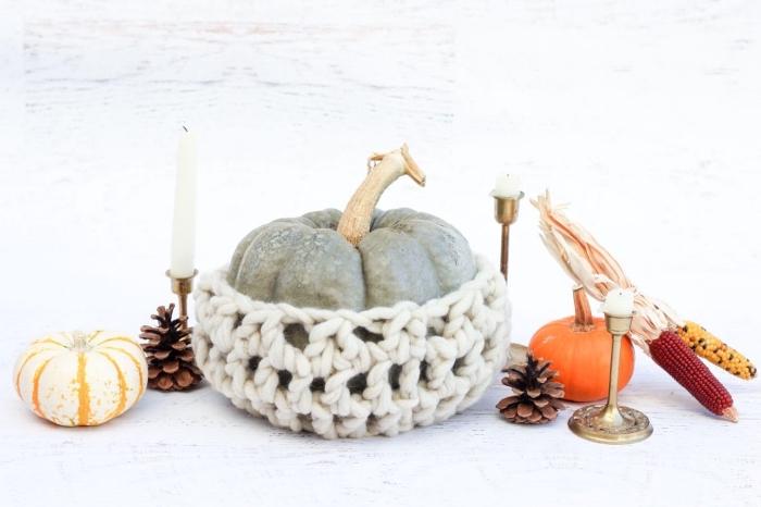 idée de déco automnale avec accessoires et objets de nature, petite citrouille habillée en gilet crochet diy