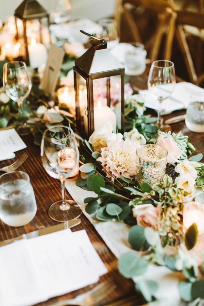 bougeoirs lanternes, chrysanthèmes roses, verres à vin, table en bois foncé, mariage theme champetre