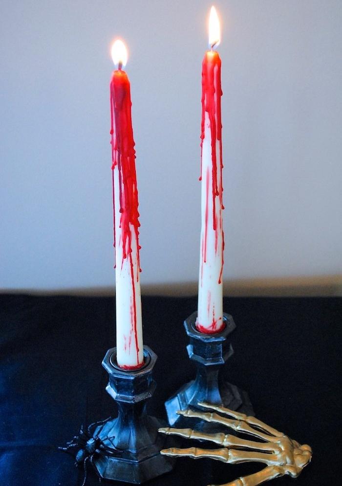deco halloween fait maison, bougie blanche décorée de cire rouge effet sang, main squelette artificelle