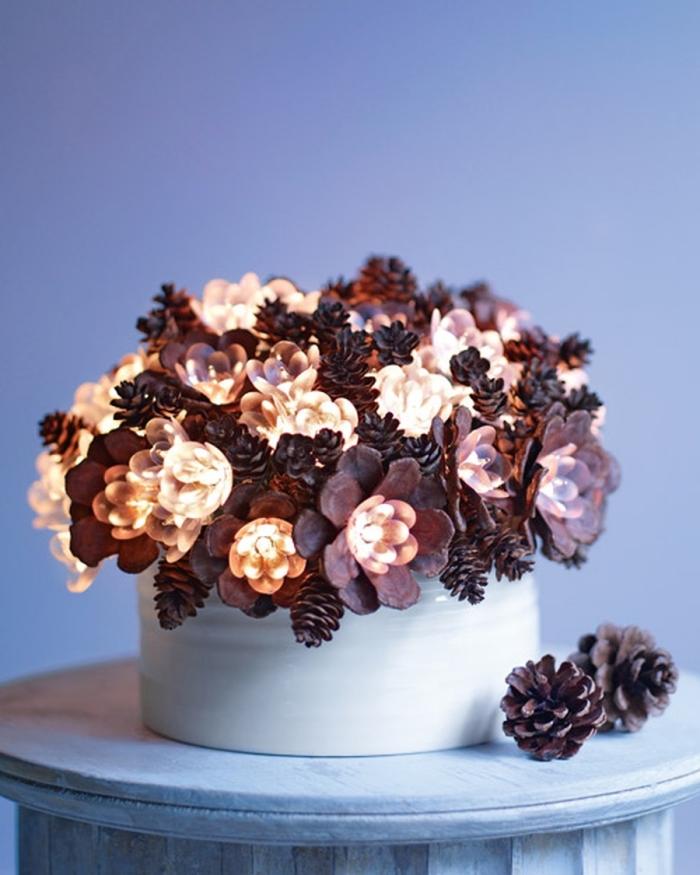 exemple comment décorer son intérieur avec une création avec des pommes de pins originale à design bouquet